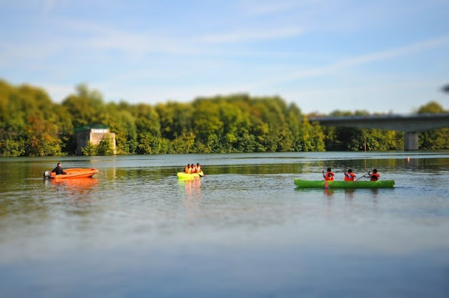 Evry Daily Photo - Canoe sur bords de seine Evry - Tilt Shift