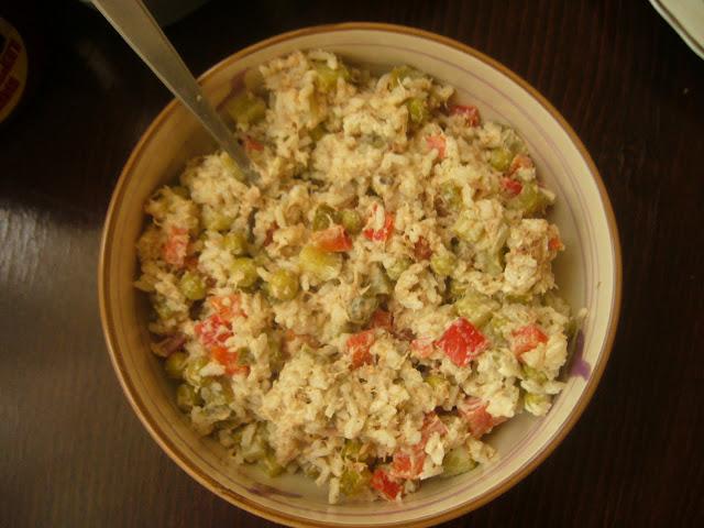 Sałatka z ryżem i tuńczykiem przepis