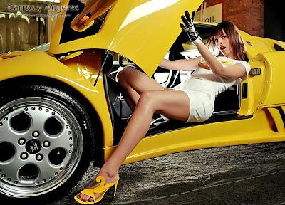 Chica desnuda posando coche pic 477