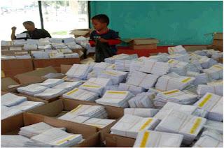 Pekerja Sedang Melipat Surat Suara Pemilu 2009 - 1
