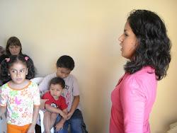 Keyla canta con los niños