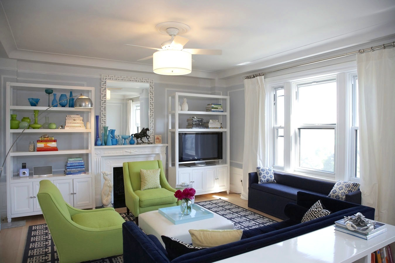 See this house nyc decor enthusiast decorates her own delightful dwelling nbaynadamas for Navy blue living room furniture