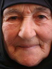 وجه تلك المرأة يّذكرني بالفقر... والصبر