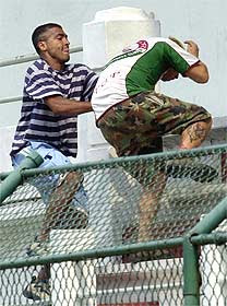 Romário brigando com torcedor