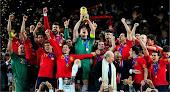 Iker CASILLAS levantando a taça de Campeão do mundo