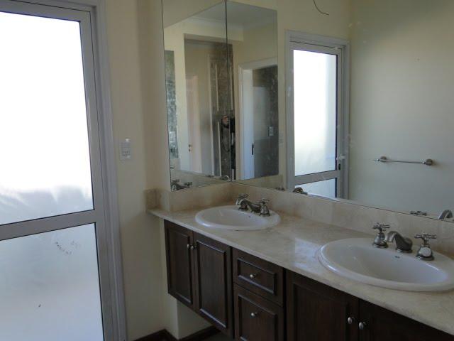 Bachas Para Baño Modernas:dormitorios con balcón con baño y antebaño con doble bacha