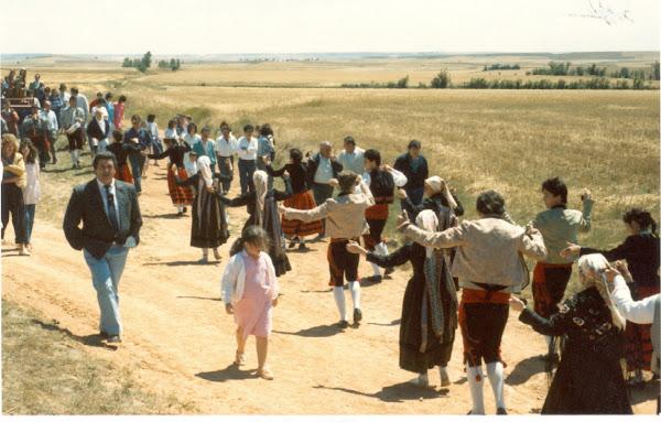 Grupo de Danzas bailando a Santa Ana (1989)