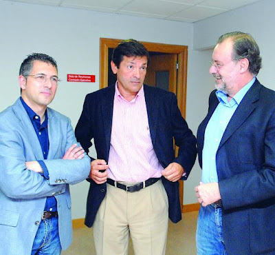 Hugo Morán, Javier Fernández y Álvaro Cuesta en semeya de Jesús Farpón pa La Nueva España