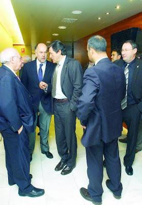 cuchicheos de Rabanal, Areces, y Javier Fernandez (PSOE) en semeya de Jesús Farpon pa La Nueva España