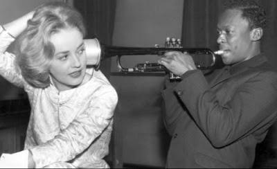 Milles Davis filmin müzklerini kaydederken Jeanne Moreau ile şakalaşıyor