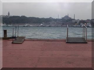 Karaköy iskelesinde vapur beklerken