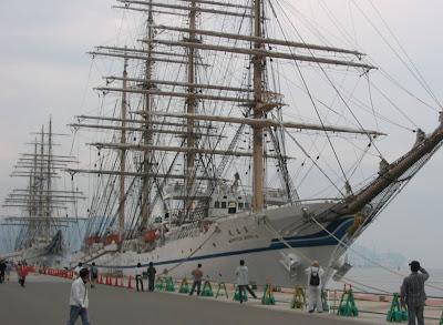並んで着岸している日本丸(手前)と海王丸