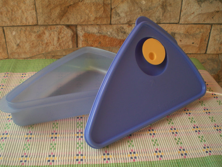 http://1tupperware.blogspot.com/2010/11/tupperware-pizza-keeper.html