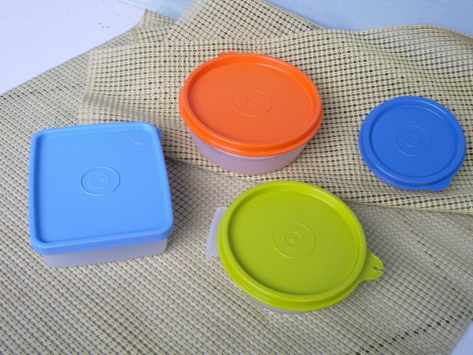 http://1tupperware.blogspot.com/2010/11/tupperware-small-collection-4-set.html
