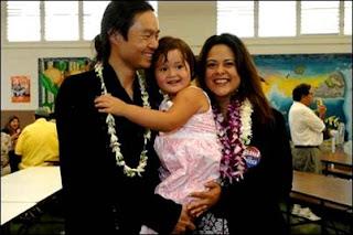 Maya Soetoro, Konrad Ng, (su esposo) y la pequeña Suhaila, de cuatro años de edad