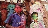 A Holi é celebrado por adultos e crianças