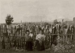 Bárbara Gaez Hinostroza, trabajando en la huerta en compañía de sus hijos