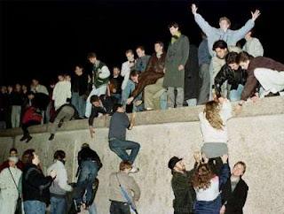 Vierden uitbundig feest ze sloopten de muur en vlogen in de armen van