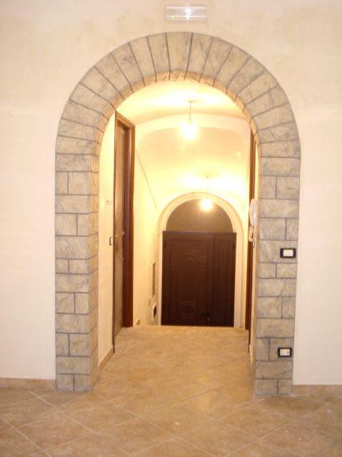 Claudio caruso decorazioni arco intonaco stampato effetto pietra roccia - Rivestimento cucina finta pietra ...