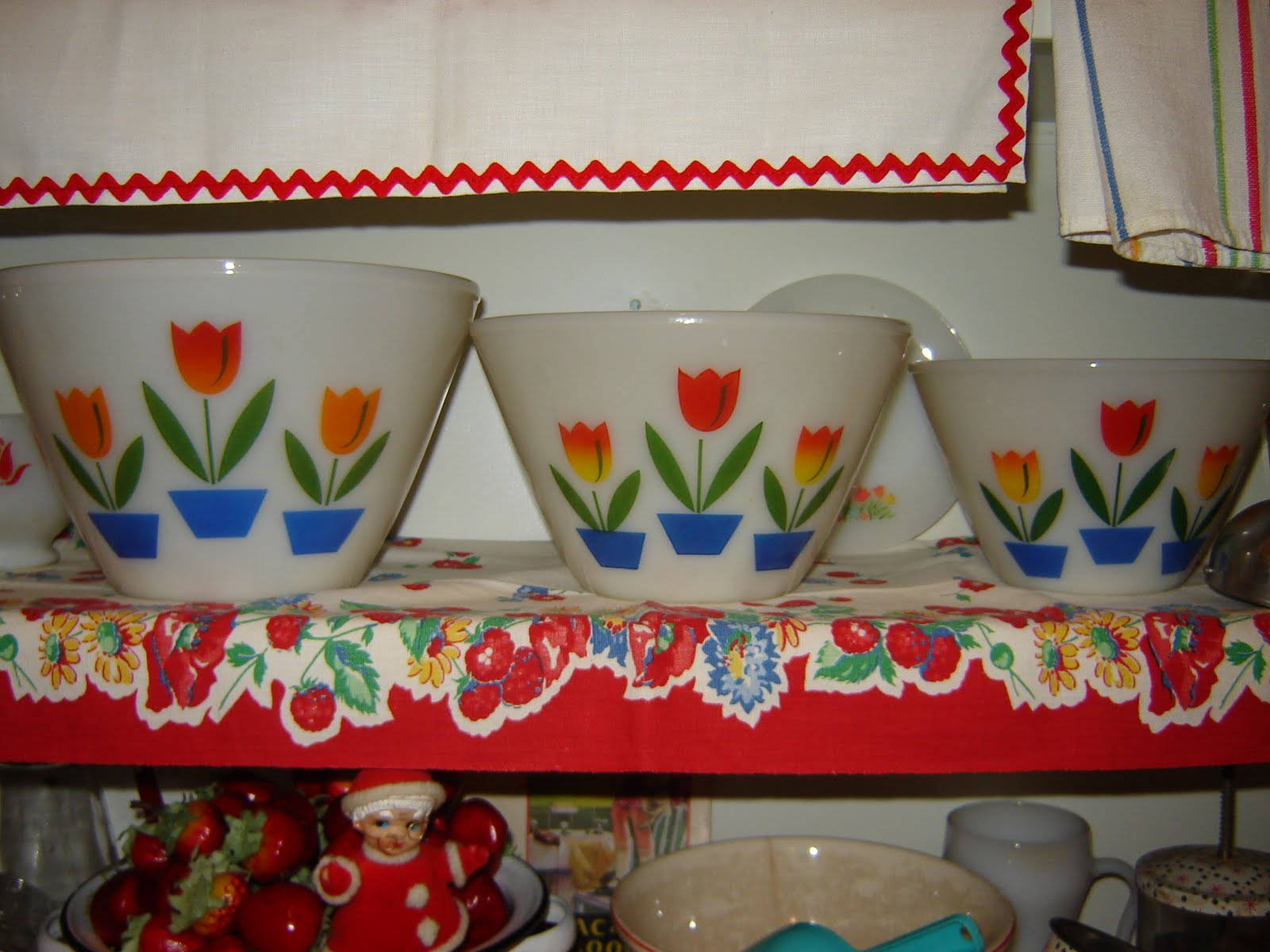 Red vintage kitchen accessories - I Love Vintage Kitchen Accessories And Their Bright Colors I M Especially Fond Of Red