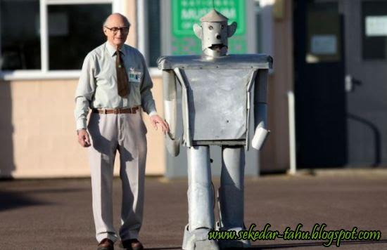 http://4.bp.blogspot.com/_6wWAvMOB4eQ/TRO8zPqqazI/AAAAAAAADOg/TLmnrKfW7JE/s1600/George-Robot.jpg