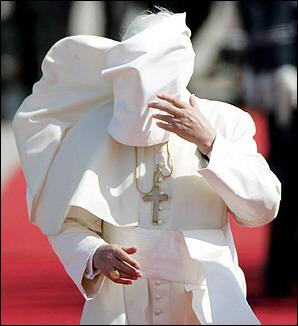 Rions ( ou plutôt pleurons...) avec nos popes con-ciliaires ! Pope%2Bwind