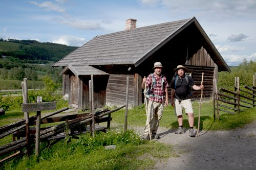 Torkil og Sigurd Mikal foran Prøysenstua i Ringsaker