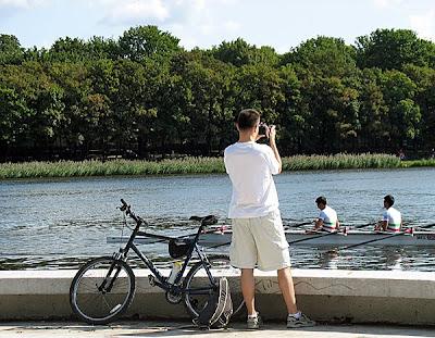 Malta - rowerzysta przygląda się meksykańskiej osadzie