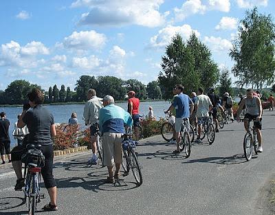 Grupa rowerzystów ogląda start osady