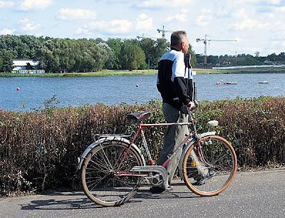 Starszy rowerzysta prowadzący oldschoolowy rower