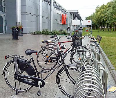 Stojak rowerowy pod centrum handlowym w Poznaniu