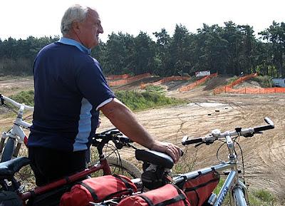 Rajd 12.09.09 - rowerzysta podziwia tor motoklubu Oborniki
