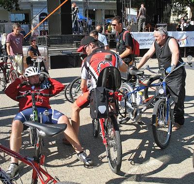 Rowerzyści na rowerach poziomych