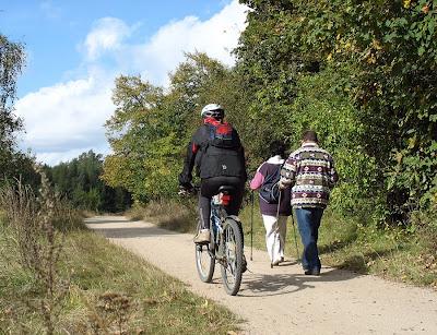 Rowerzysta i spacerowicze na trasie Rusałka - Strzeszynek