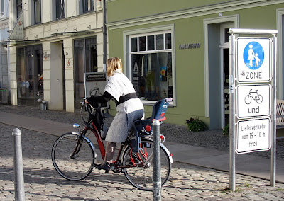 Elegancka rowerzysta ze Stralsund