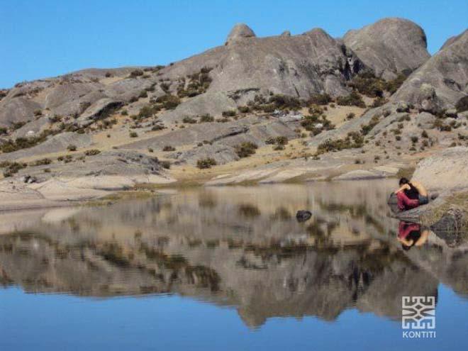 Espejo de agua sobre la meseta de Marcahuasi