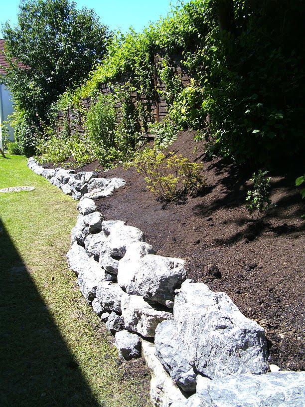 Ein haus entsteht natursteinmauer - Gartenmauer hang ...