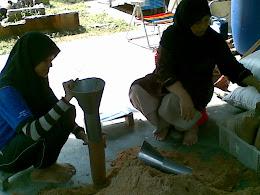 Mama dan Alang sedang membantu membuat bongkah2