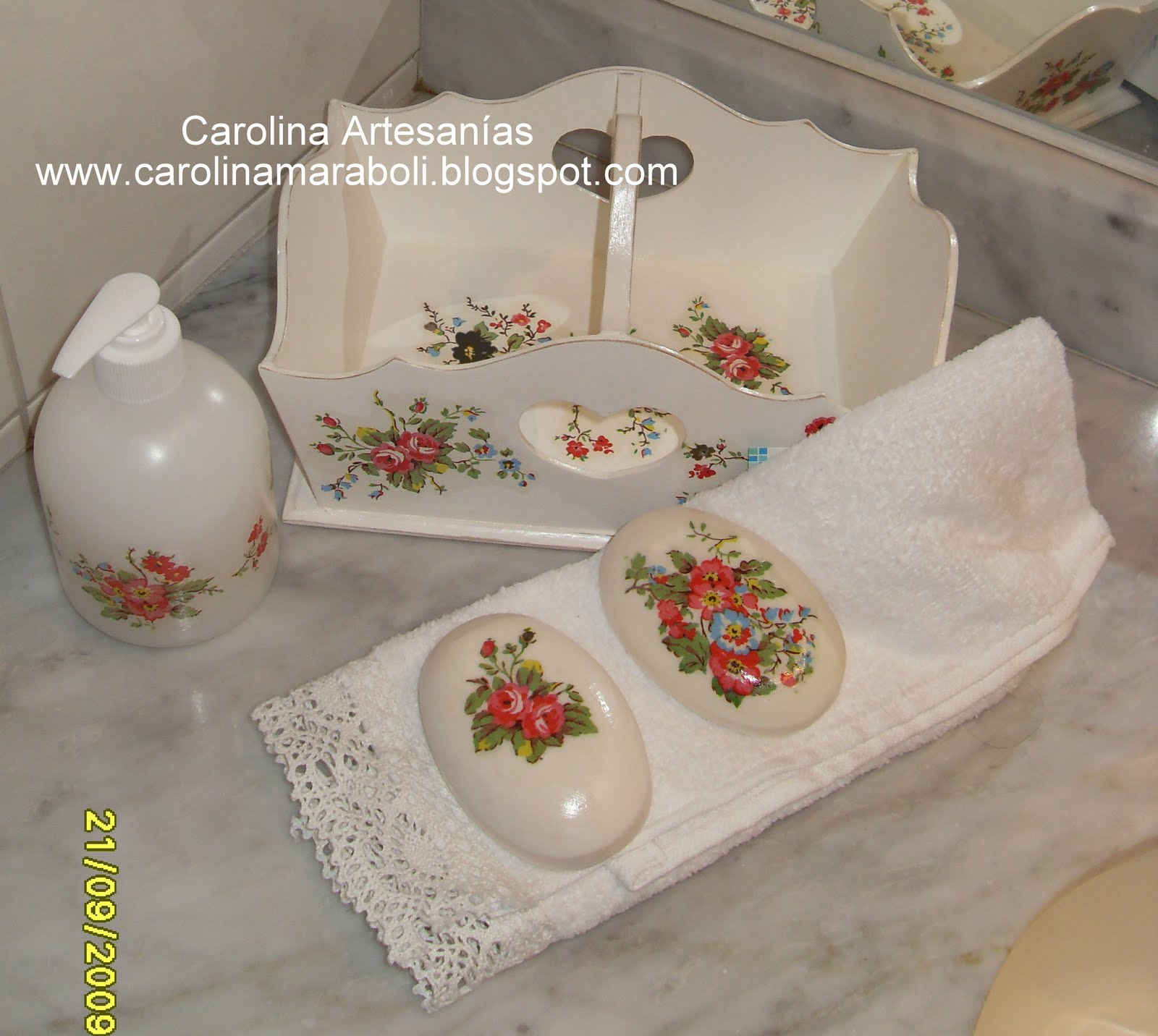 Vitrina de Carolina Artesanías (La Tienda): 10.- Set de Baño, flores