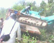 Tronton membawa Eskapator dari PT WKN Tumbang di Jalan Provinsi