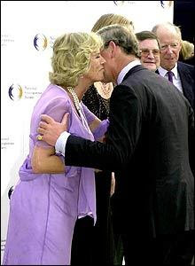 Cultural differences greetings la gringas blogicito the honduran greeting kiss is closer than the celebrity air kiss its more like the camilla and charles kiss d m4hsunfo