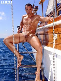 Marinheiro pauzudo, picudo, bem dotado, cavalo. Mostrando tudo...