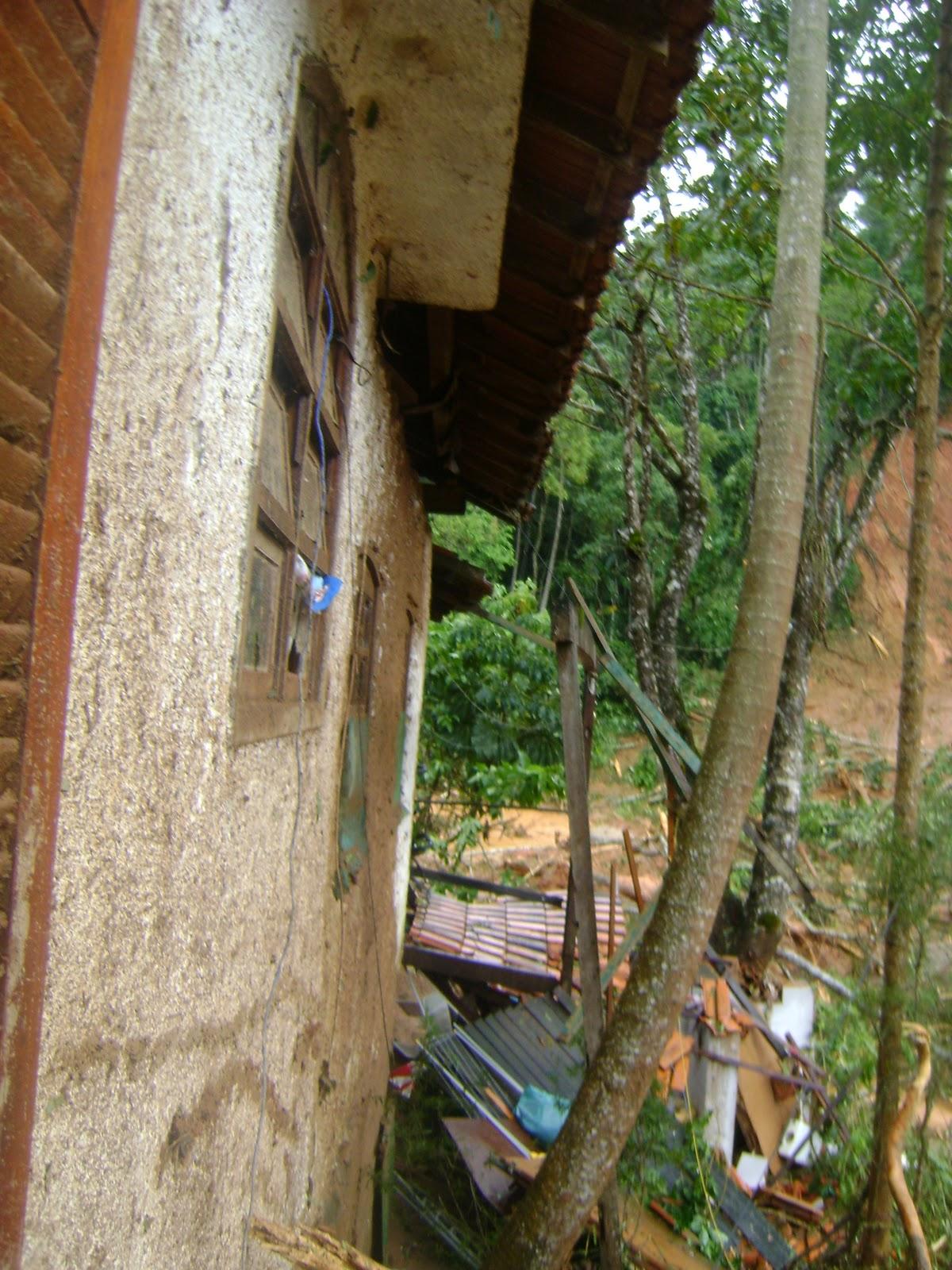 de parte da varanda dos fundos da lavanderia e do banheiro externo #664928 1200 1600