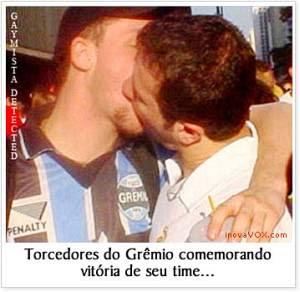 Foto de Gaúchos se beijando, representativa da forma como as piadas os descrevem