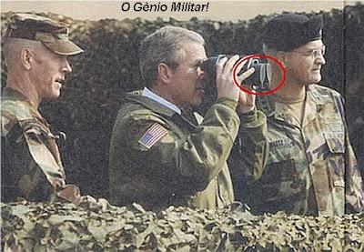 Piada-Imagem: Foto engraçada onde George Bush tenta usar binóculos com as lentes tampadas.