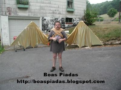 Descrição: Foto engraçada onde um homem aparece vestindo asas de morcego.
