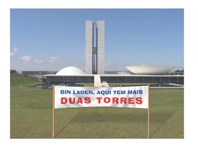 foto do congresso nacional com faixa avisando bin laden de que aqui também há duas torres