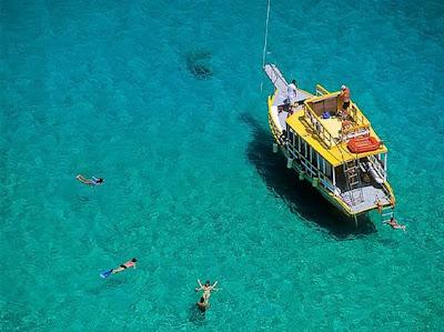 Mergulho livre nas águas da praia do Sancho em Fernando de Noronha