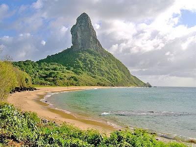 Imagem da Praia da Conceição com vista do Morro do Pico em Fernando de Noronha.
