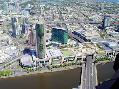 Vista aérea de ponte sobre o rio Yarra - Melbourne